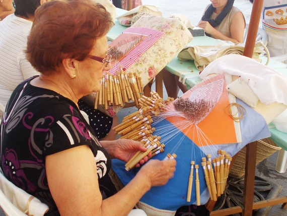 ../images/Bobbin-lace-work.jpg